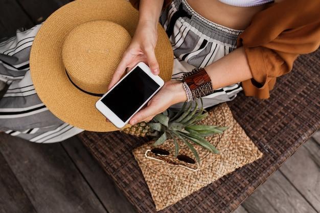 Крупным планом женские руки, держа сотовый телефон Бесплатные Фотографии
