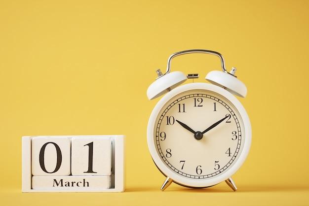 木製カレンダーのクローズアップ Premium写真