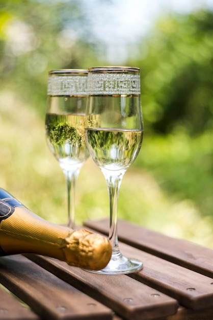 Крупным планом деревянный ящик с бокалами шампанского на открытом воздухе Бесплатные Фотографии