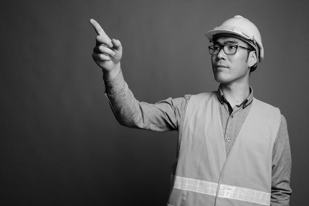 Крупным планом молодой азиатский человек строитель в очках Premium Фотографии