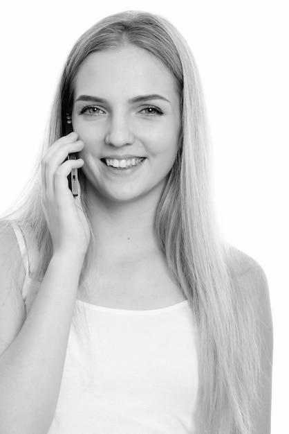 孤立したブロンドの髪を持つ若い美しい10代の女性のクローズアップ Premium写真