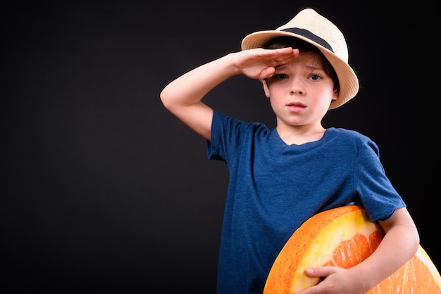 고립 된 휴가를위한 준비 관광으로 젊은 잘 생긴 소년의 닫습니다 프리미엄 사진