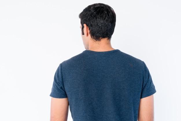 고립 된 젊은 잘 생긴 페르시아 남자의 클로즈업 프리미엄 사진