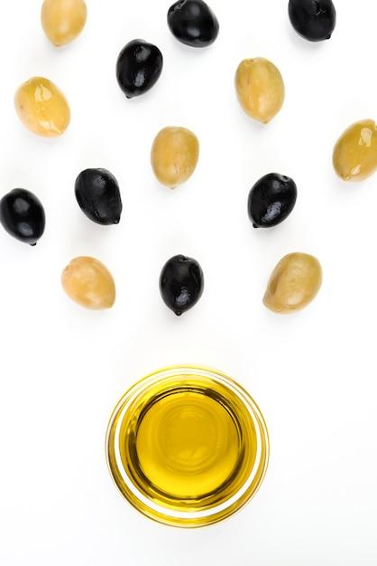 Close-up di olio d'oliva con olive fresche Foto Gratuite