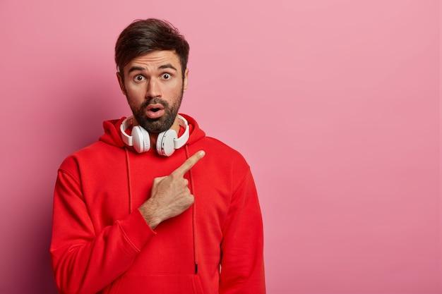 Крупным планом на изолированном бородатом молодом человеке Бесплатные Фотографии