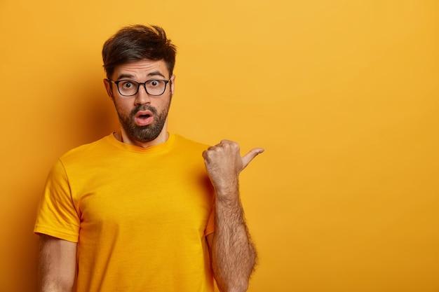 Крупным планом на бородатый молодой человек в очках изолированные Бесплатные Фотографии