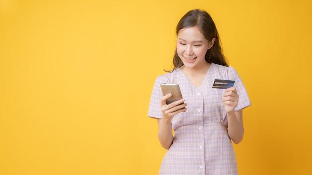 Крупным планом на красивая азиатская женщина, оплачивающая онлайн-карту Premium Фотографии