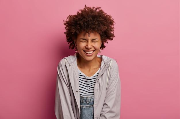 고립 된 아름 다운 젊은 여자에 가까이 무료 사진