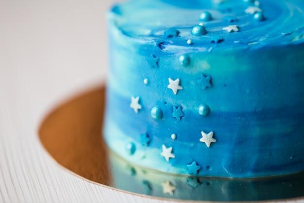 星の詳細と青いケーキのクローズアップ Premium写真