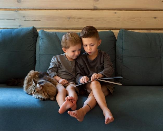 ソファに座っている男の子にクローズアップ Premium写真