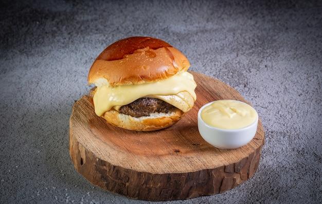 チーズとマスタードソースのハンバーガーにクローズアップ Premium写真