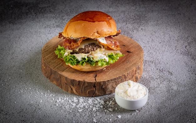 レタスとガーリックソースのハンバーガーにクローズアップ Premium写真