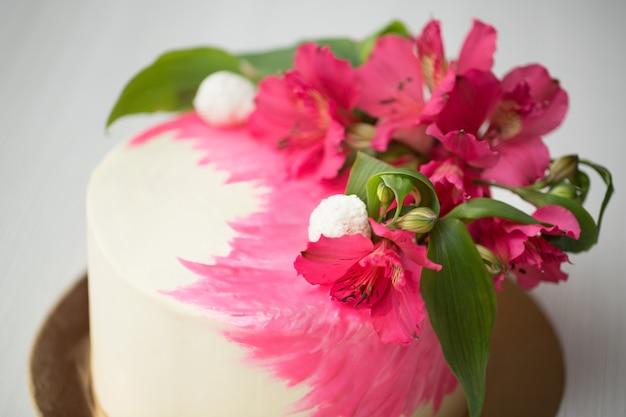 ピンクの装飾と花のケーキにクローズアップ Premium写真