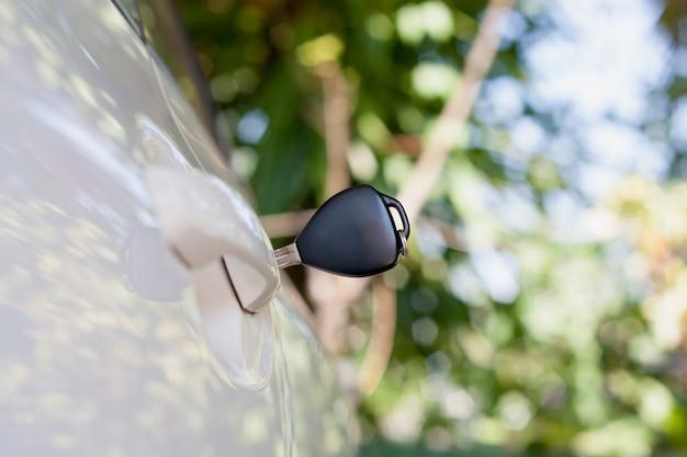 車のドアに残っている車のキーをクローズアップ Premium写真