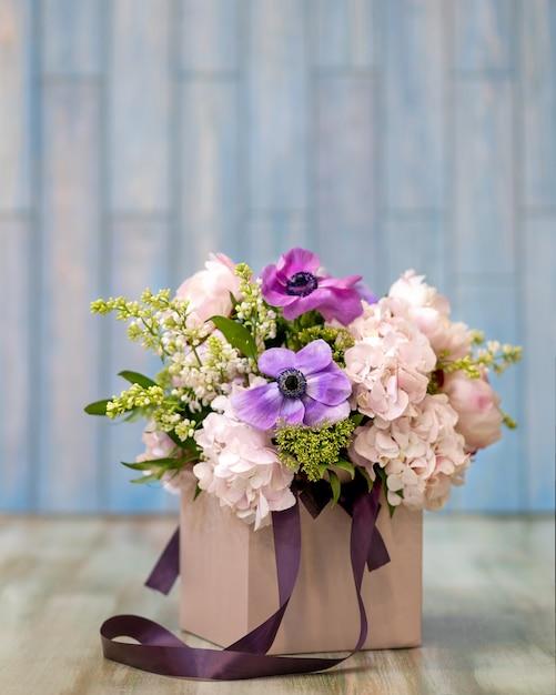 Крупным планом на красочный букет цветов в коробке Premium Фотографии