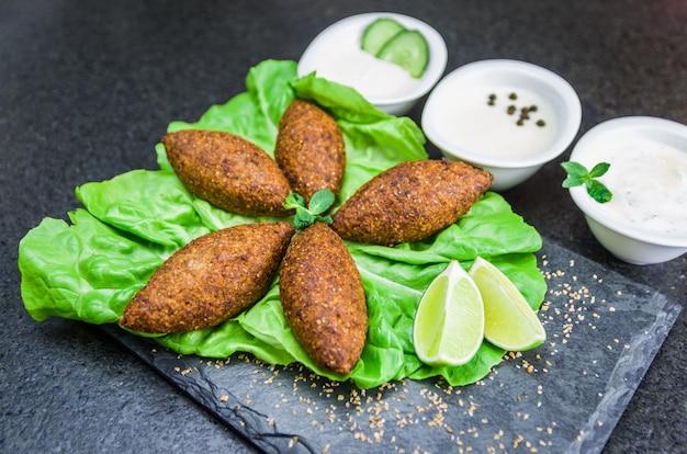 Крупным планом вкусная ливанская еда под названием киббех Premium Фотографии