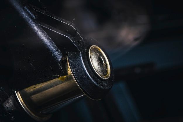 ティーポットから汚れた笛をクローズアップ Premium写真