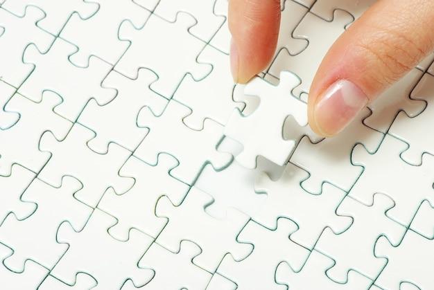 손에 빈 퍼즐 만들기 닫기 프리미엄 사진