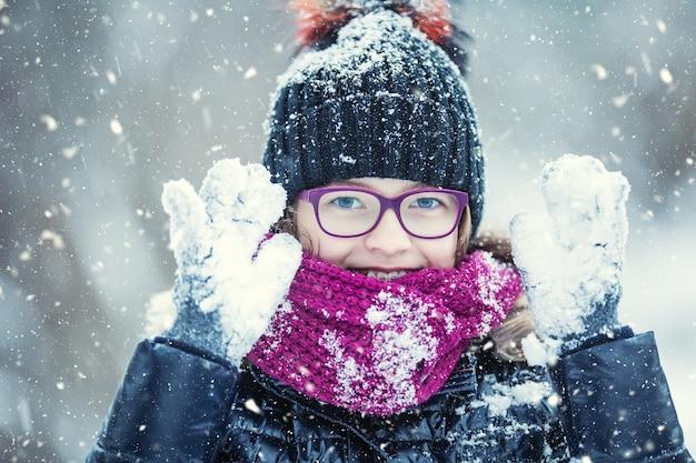 冷ややかな冬の公園で幸せな女の子にクローズアップ Premium写真