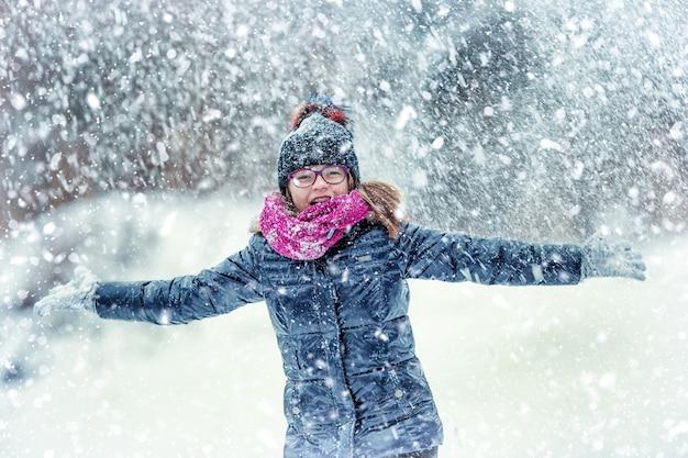 서리가 내린 겨울 공원에서 행복 한 여자에 가까이 프리미엄 사진