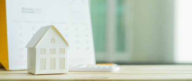 青いコンセプトの電卓とカレンダーでホームモデルをクローズアップ Premium写真