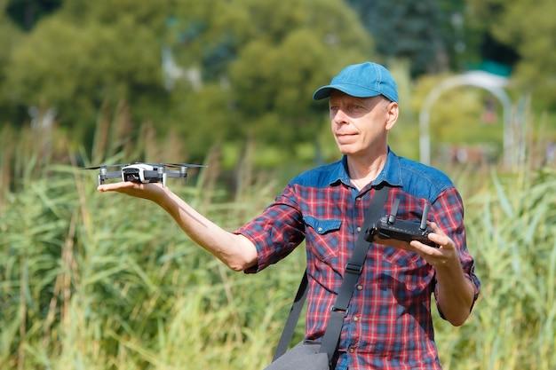 彼の手からドローンを発射する人にクローズアップ Premium写真