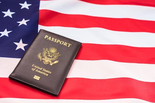 Закройте паспорт на американский флаг Premium Фотографии