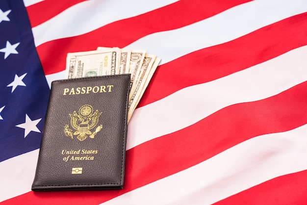 Крупным планом на паспорт с наличными деньгами Premium Фотографии