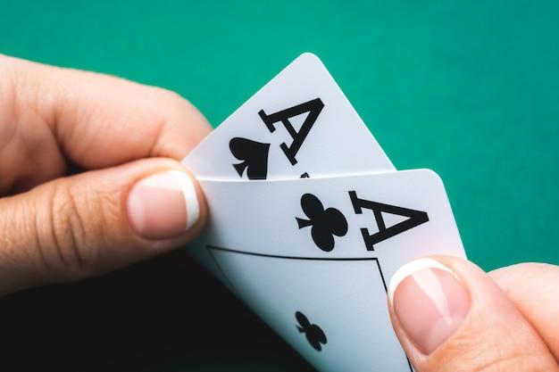 Крупным планом на игральной карте с двумя тузами в руке Premium Фотографии