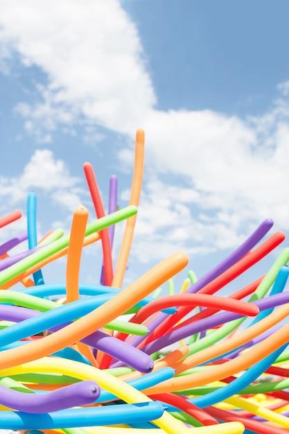 Закройте радужные воздушные шары на гей-параде в праге. Premium Фотографии