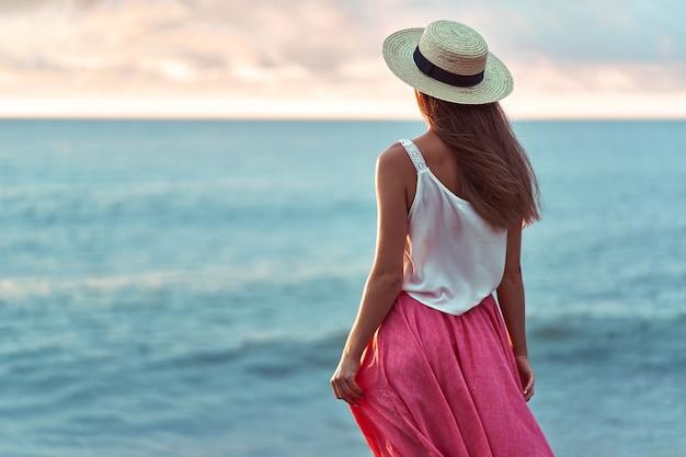 Крупным планом романтическая женщина в соломенной шляпе Premium Фотографии