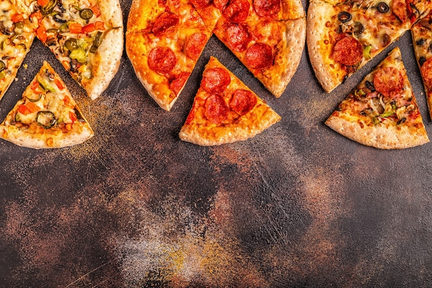 さまざまなピザのセットをクローズアップ Premium写真