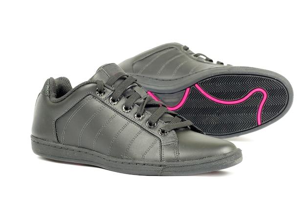 孤立したスポーツの黒い靴のペアにクローズアップ Premium写真