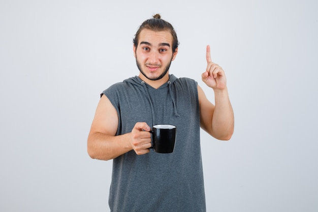 孤立した身振りで示す若い男にクローズアップ 無料写真