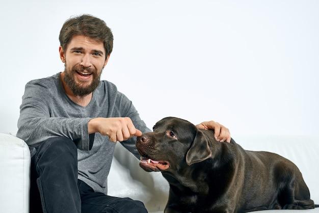 彼の犬と一緒に時間を過ごす若い男にクローズアップ Premium写真