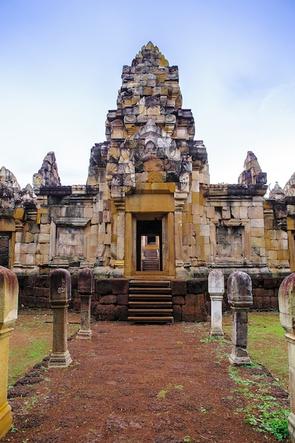 Close up the outer door and the wall of prasat sadok kok thome is a khmer temple in thaila Premium Photo