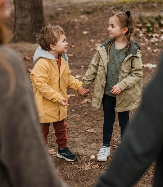 Крупным планом родители и дети, взявшись за руки Бесплатные Фотографии