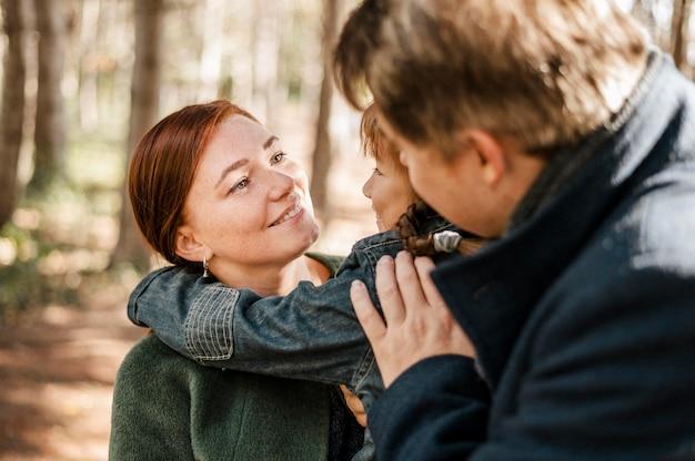 클로즈업 부모 포옹 아이 무료 사진