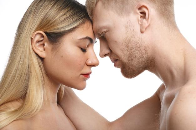 함께 아침을 보내는 열정적 인 커플을 닫습니다. 사람, 사랑, 열정 및 섹슈얼리티 개념 무료 사진