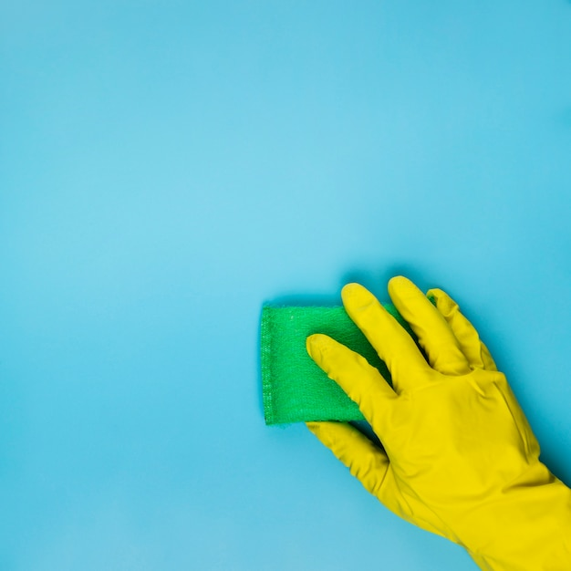 Close-up person cleaning with green sponge Free Photo