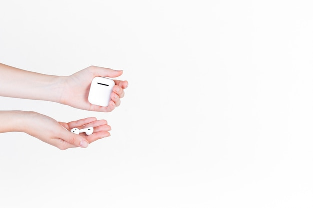 Close-up of a person's hand holding hearing aid and battery Free Photo