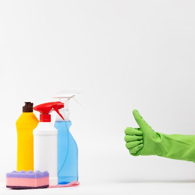 承認を示す緑の手袋でクローズアップ人 Premium写真