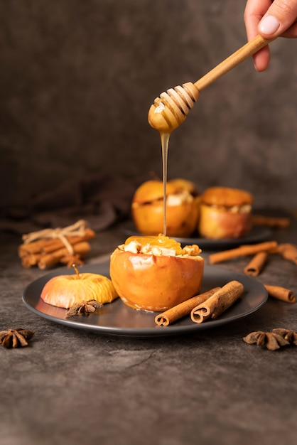 Close-up person with honey and apples Free Photo