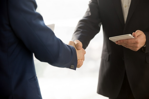 Close up photo of it businessmen shaking hands Free Photo