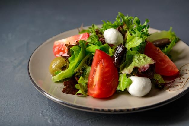 春のビタミンフレッシュサラダ、野菜と健康食品のクローズアップ写真 無料写真