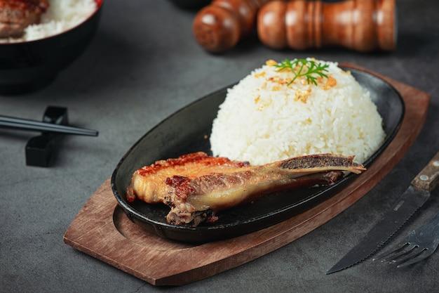 Крупным планом изображение жареной свинины и вареного риса Бесплатные Фотографии