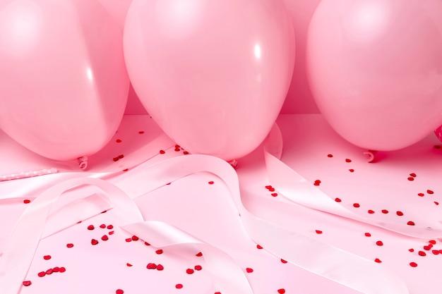 Крупный план розовые воздушные шары на столе Бесплатные Фотографии