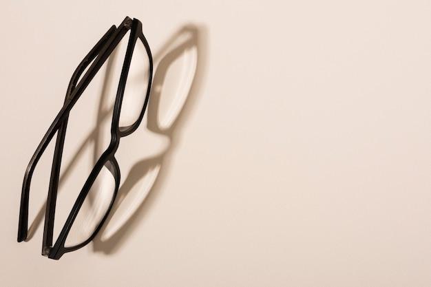 Occhiali di plastica del primo piano con ombra Foto Gratuite