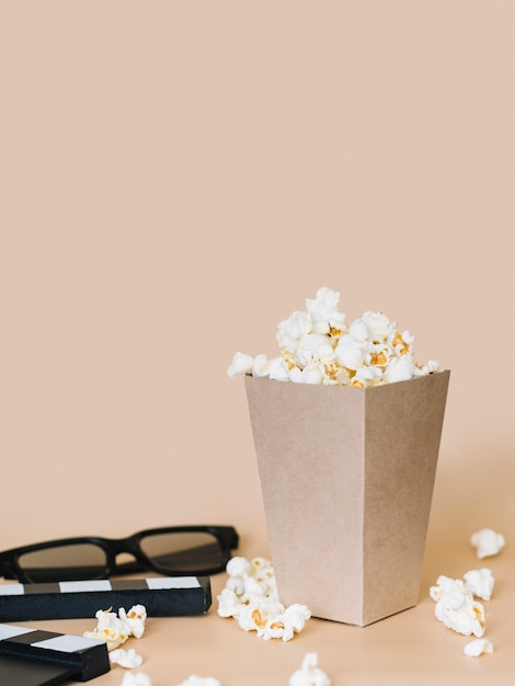 Close-up popcorn box with 3d glasses on the table Free Photo
