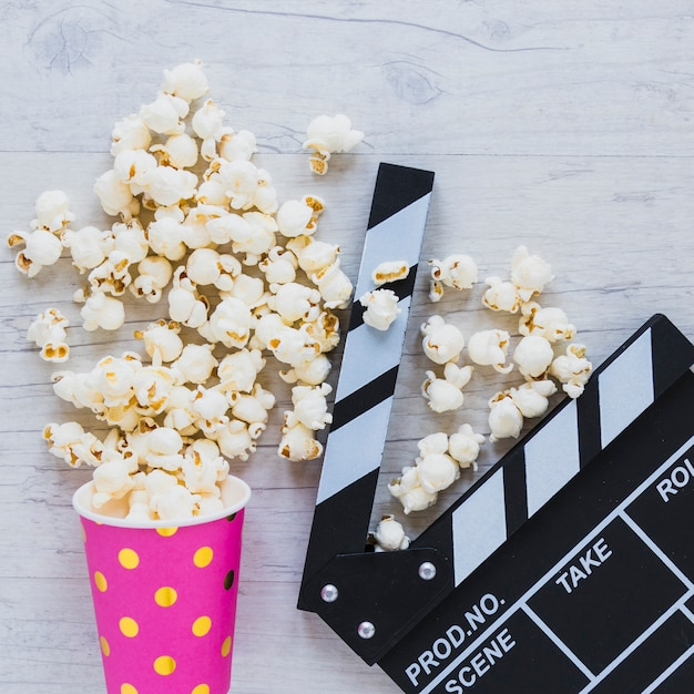 Close-up of popcorn and scene cutter Free Photo